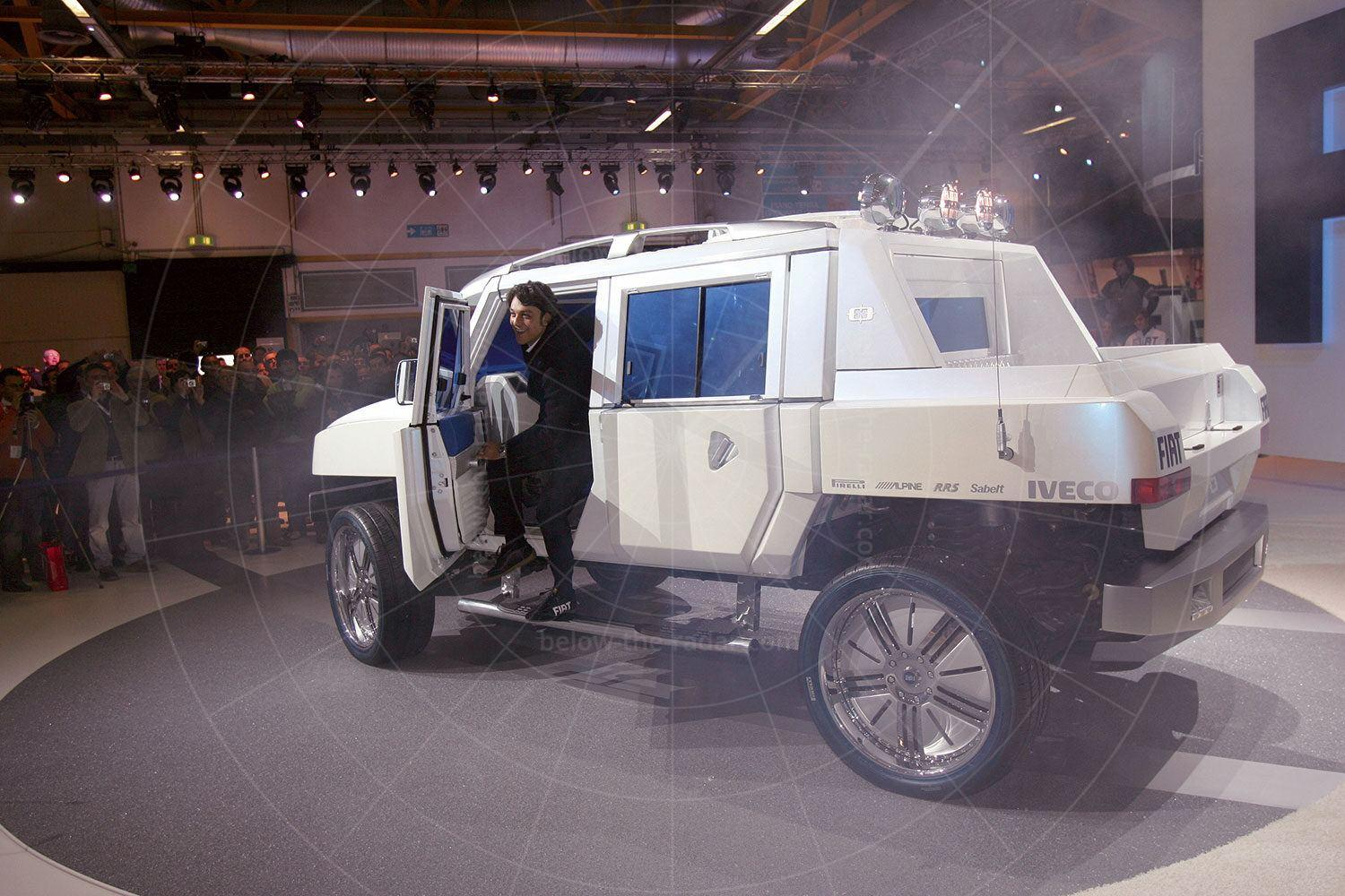 Fiat Oltre being unveiled at the 2005 Bologna motor show Pic: Fiat   Fiat Oltre being unveiled at the 2005 Bologna motor show